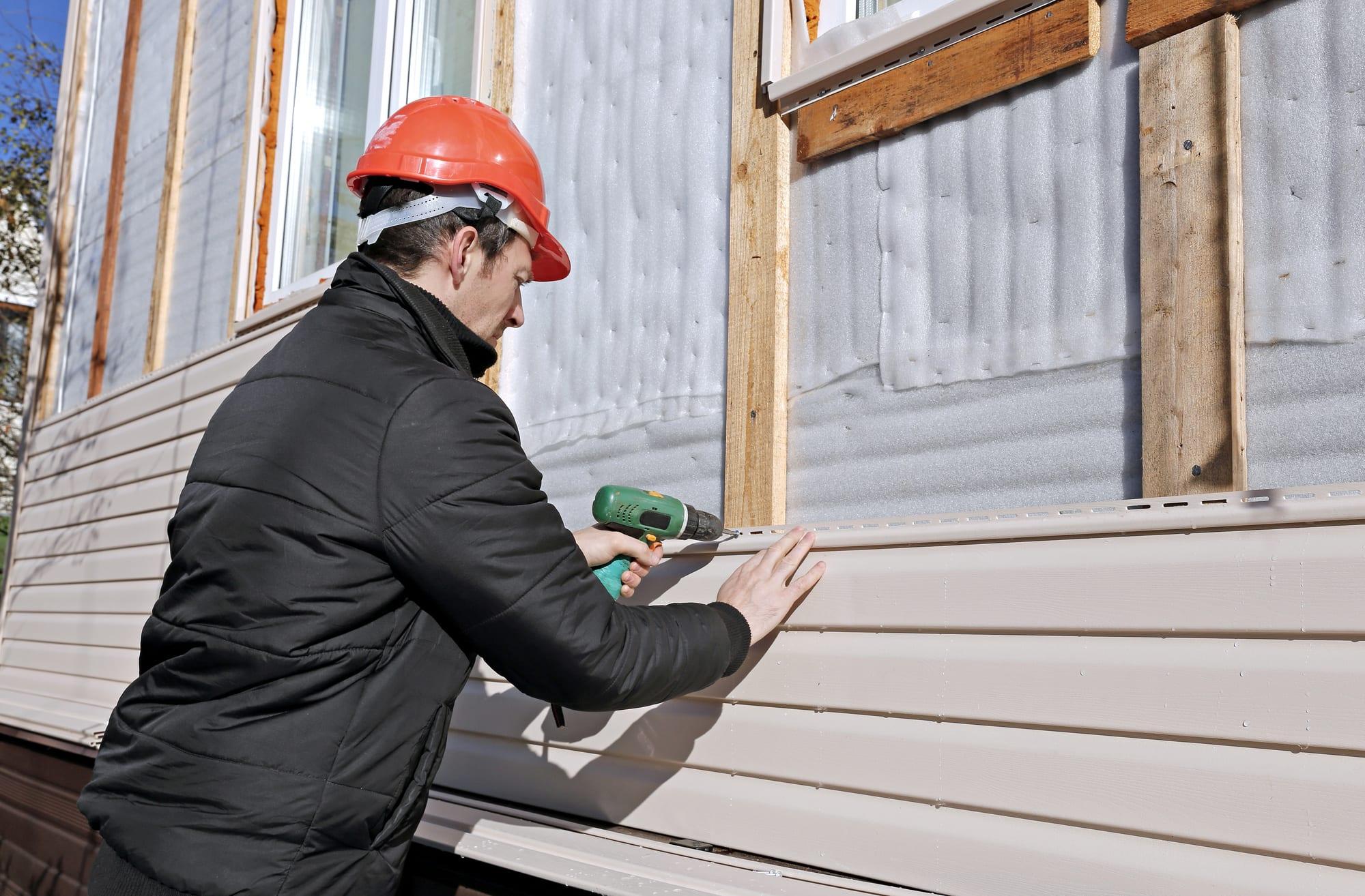 contractor replacing siding
